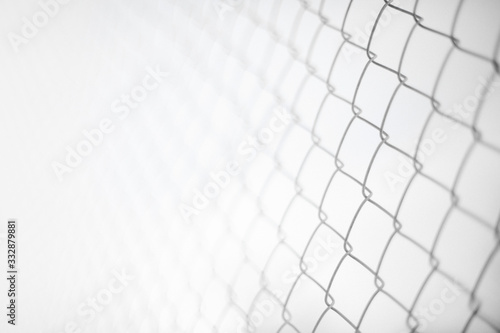 Fotografía Close up rusty wire fence and blurred nature background