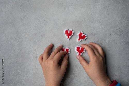 Photo Niño jugando con corazones de juguete