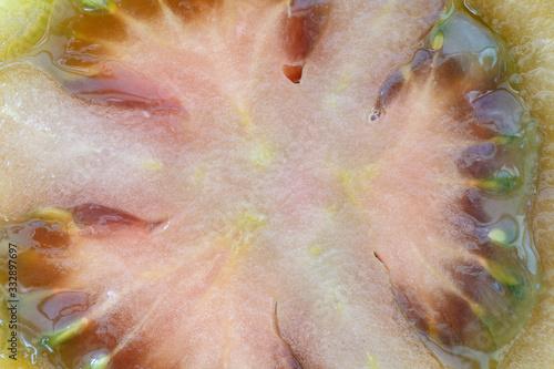 Fototapeta Interior de un tomate kumato negro. Solanum lycopersicum. obraz