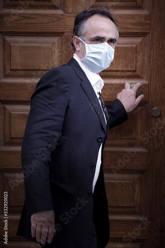 Photo Signore con mascherina rientra a casa con aria preoccupata,