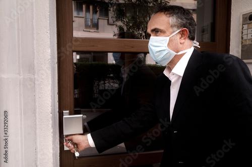 Manager con mascherina rientra a casa con aria preoccupata Canvas Print