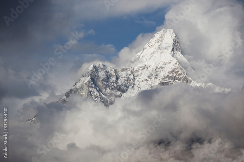 Photo Mount Ama Dablam in The Stormy Clouds