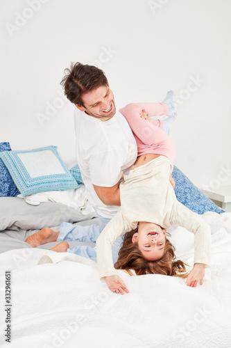 Photo Glücklicher Vater tobt mit seiner Tochter