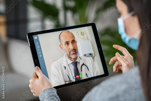 Sick patient in video conference with doctor Fototapet