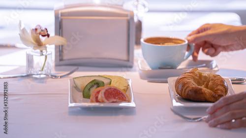 Desayuno cafe croisant con vistas al mar