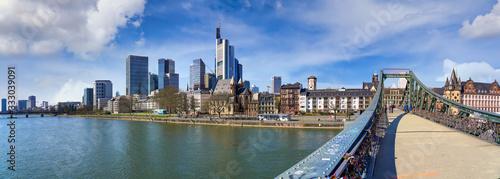 Photographie Frankfurt am Main, Hochhausszenerie mit Main und Eiserner Steg