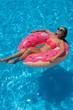Młoda dziewczyna opala się na basenie