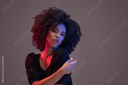 Photo Beautiful afro woman posing in studio.