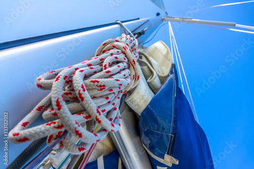 Photo Blue Sky and Mast of Sailing Yacht With Ropes