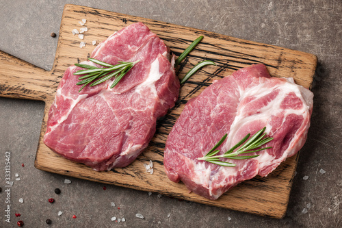 Obraz Raw pork steaks with rosemary and spices - fototapety do salonu