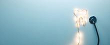Concetto Di Medico Dentista Privato. Simbolo Del Dente Con Mascherina E Stetoscopio. Vista Panoramica Con Sfondo Blu. Vista Alto, Livello Piatto. Banner.