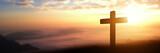 Sylwetka katolika krzyż przy zmierzchu tłem. zdjęcie panoramiczne