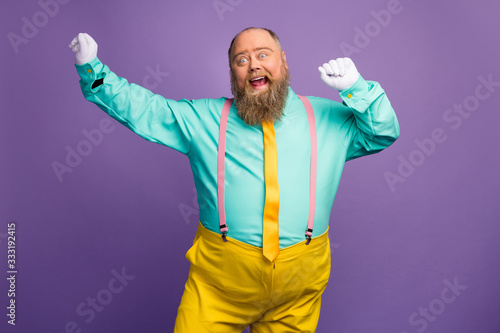 Fotografia Portrait of funky crazy excited fat overweight man enjoy party discotheque danci