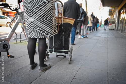 Fotografia, Obraz Warteschlange vor den Geschäften