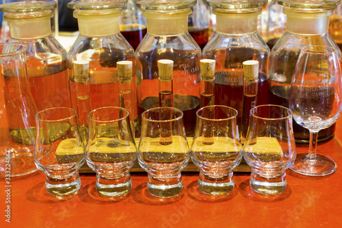 Whisky tasting setup with numbered sampling glasses, beaker and bottles on displ Fototapet