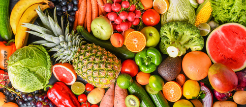 Fotografía A variety of fresh fruits, healthy vegetables top view