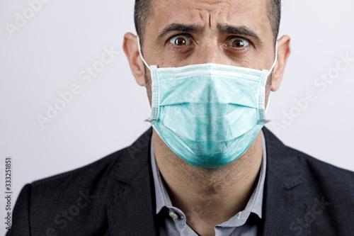 Photo Uomo in giacca e camicia con mascherina protettiva, guarda disperato, isolato su