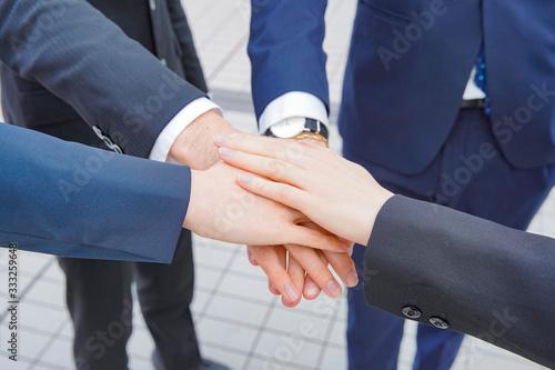 手を重ねるビジネスパーソン Canvas-taulu