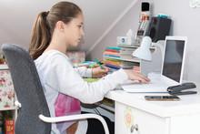 Dziewczynka Pisze Na Laptopie ...