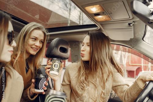 Girls inside the car Fototapet