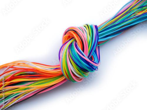 Fototapeta knoten mit bunte datenkabeln als symbol für einen Engpass im Datenfluss