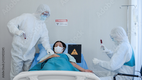 coronavirus covid 19 treatment background of coronavirus covid 19 patient on bed Tableau sur Toile