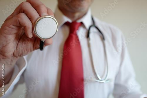 Foto docteur examen stéthoscope cravate rouge
