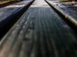 Hintergrund, Textur, Template: Bohlen einer Gartenbank in extremer Perspektive und geringer Schärfentiefe