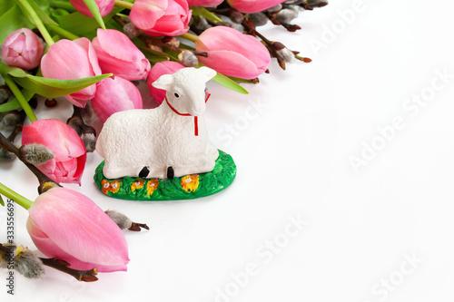 Wielkanocne tło z barankiem, tulipanami i baziami - fototapety na wymiar