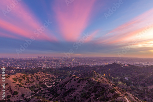 Valokuva Los Angeles Skyline and Griffith Park at Sunset. California USA