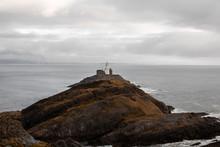 Isla Con Faro Durante Un Día De Tormenta En La Costa De Gales