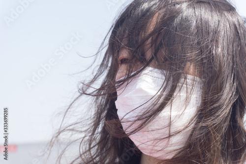 マスク着用 女性 Fotobehang