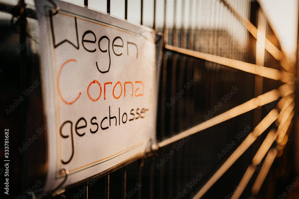 Fototapeta Schild am Zaun Wegen Corona Virus geschlossen