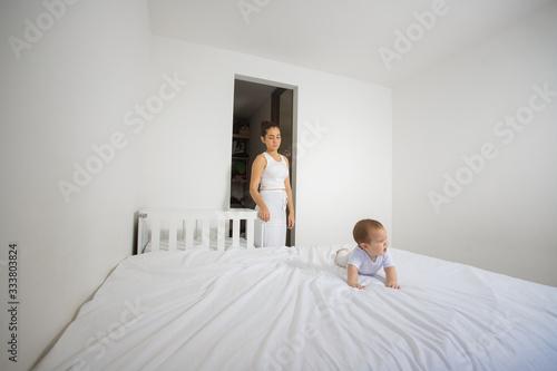 Photo Familia arreglando el cuarto