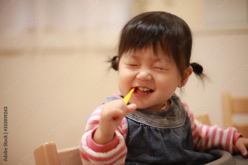 Fototapeta 歯磨きする女の子