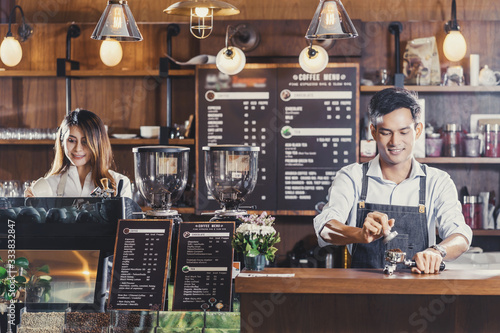 Photo Asian Barista preparing cup of coffee, espresso with latte or cappuccino for cus