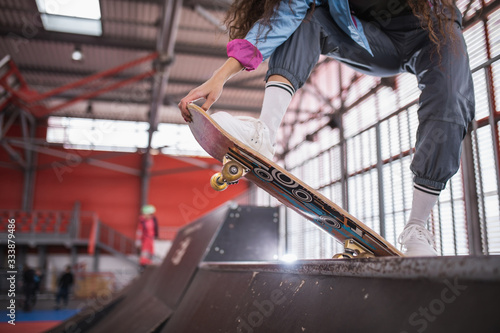 Valokuva beautiful curly black girl with a skateboard