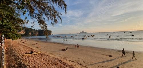 Photo Plage calme de Thaïlande est son couchée de soleil vue sur la mer