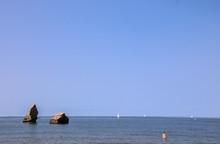 Femme Se Baignant Seule Dans La Mer Face à Deux Rochers