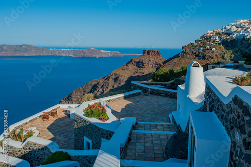 Photo Magnificent stone paved terraces overlooking the sea near the Karos rock on the