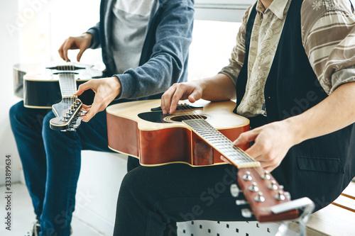 Learning to play the guitar Billede på lærred