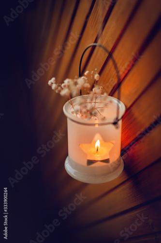 Romantik, Hoffnung, Sehnsucht - Kleine Laterne an Holzwand hängend