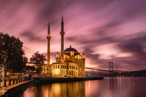 Fotografia Ortakoy mosque and Bosphorus bridge at sunrise, Istanbul, Turkey
