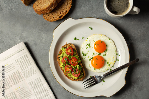 desayuno con huevo frito de doble yema acompañado de tostadas con aguacate y tom Canvas Print