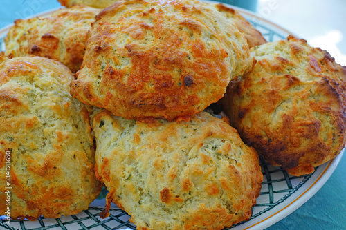 Foto Baking homemade cheese and garlic biscuits