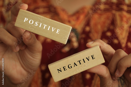 Photo Young woman holding antonym word sign of positive and negative