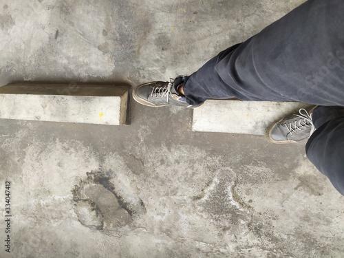 Valokuva feat standing on the sidewalk