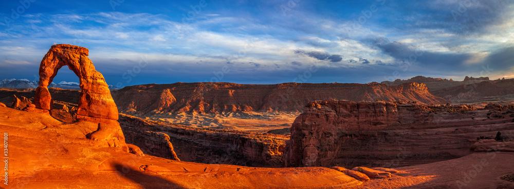 Fototapeta Panorama of Utah's landmark Delicate Arch at dusk