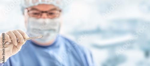 Fotografía Doctor surgeon specialist with scalpel