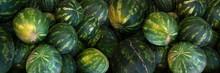 Blick Von Oben Auf Reife, übereinanderliegende, Grün Gelbe Wassermelonen - Panorama